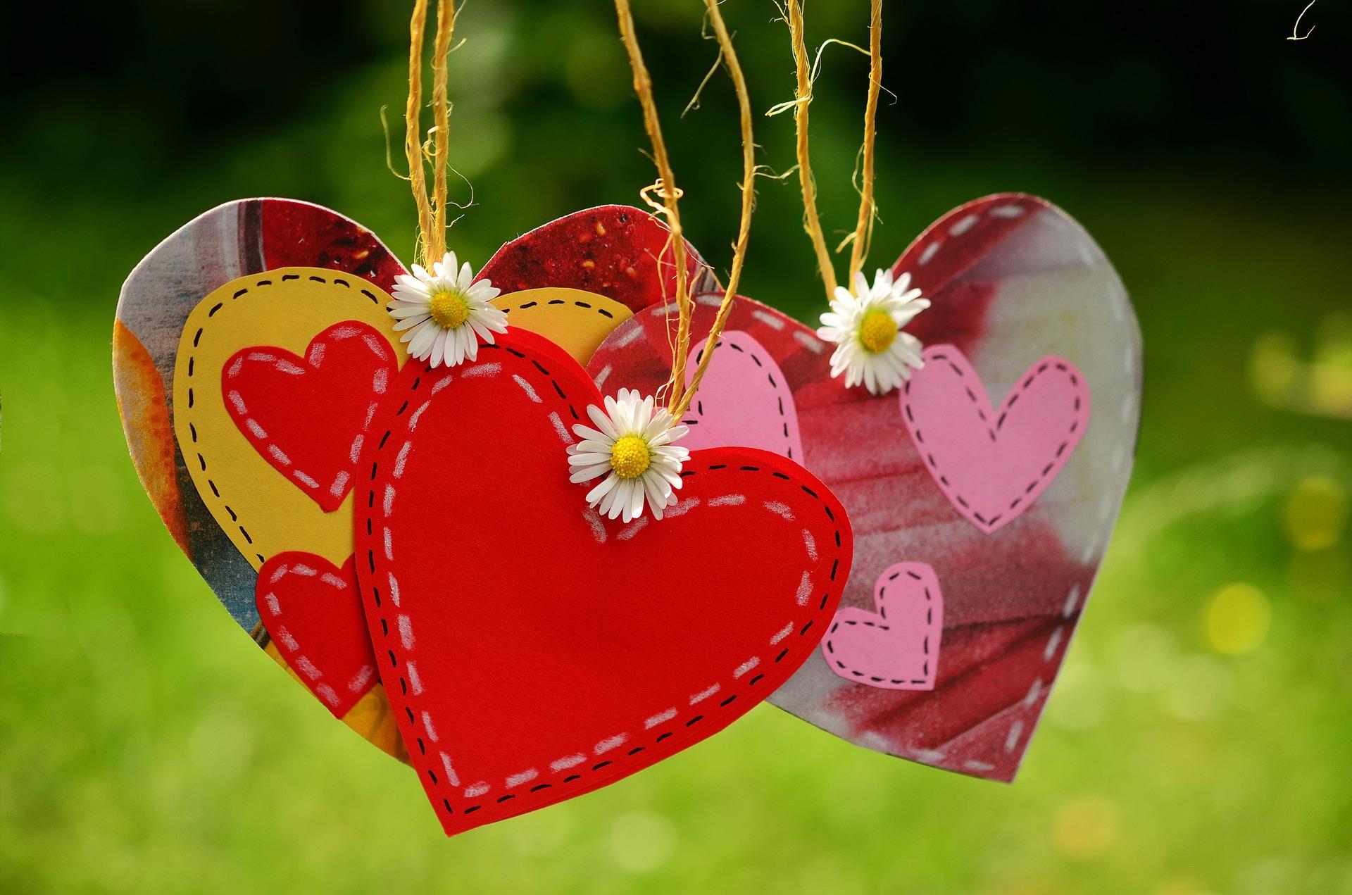 Tre hängande hjärtan