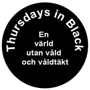 En svart cirkel med vit text som lyder: Thursdays in Black. En värld utan våld och våldtäkt