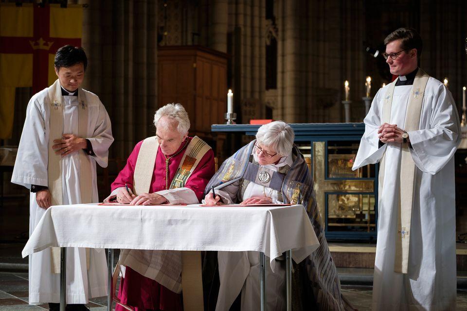 Ärkebiskop Antje Jackelén och ärkebiskop Joris Vercammen från Utrecht undertecknar överenskommelsen 2016 i Uppsala domkyrka.