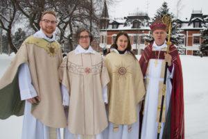 Tre präster och en biskop i högtidskläder