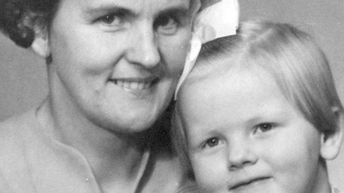 Svartvit bild på en mor med sin dotter