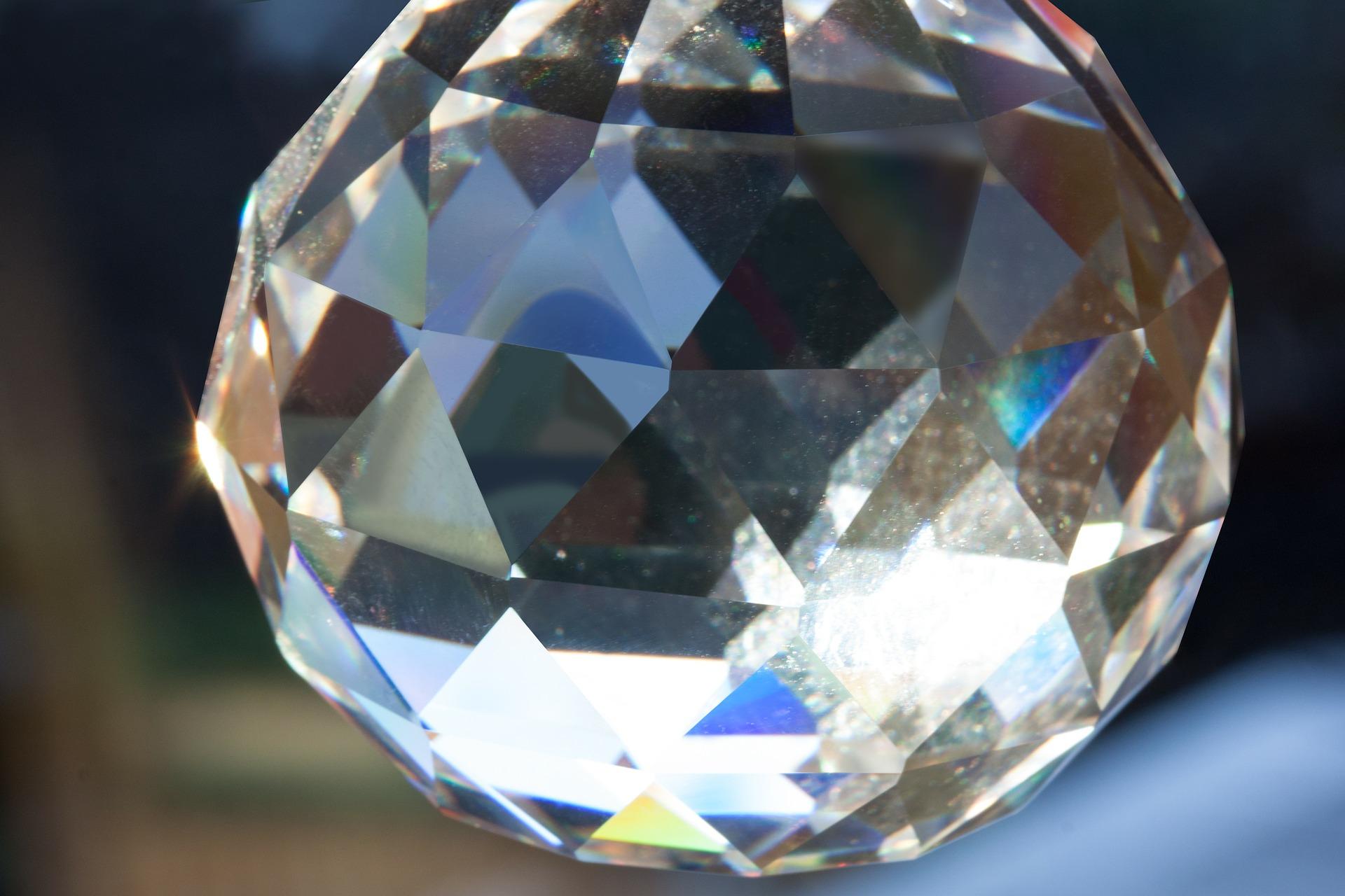 Ljusglitter i en rund kristallprisma