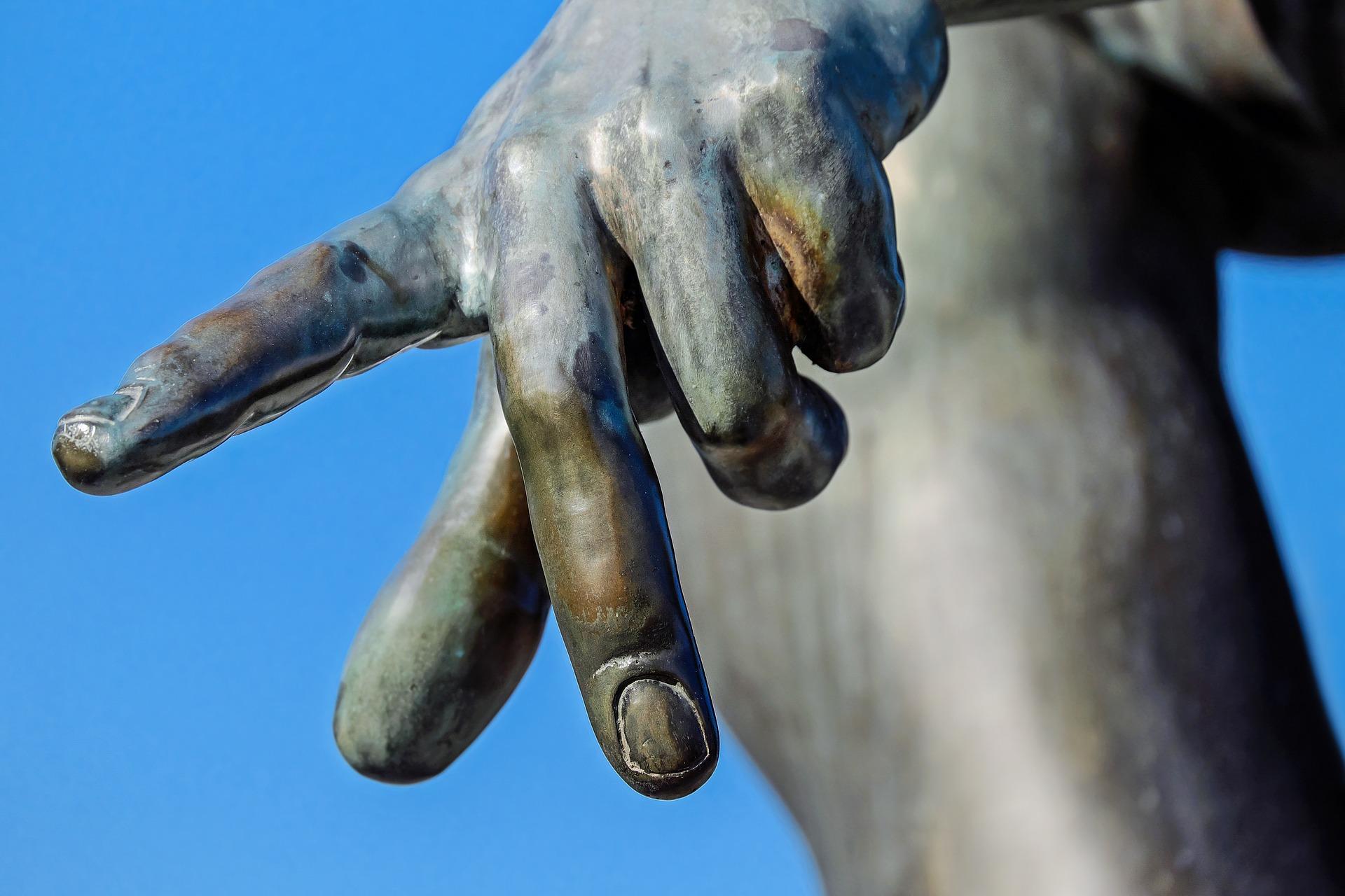 Fingrar på staty